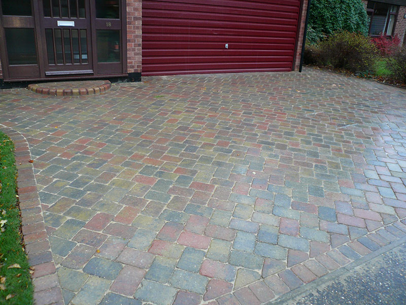 Mixed coloured alpha setts laid in one size.